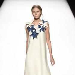 Vestido blanco con flores azules de Devota & Lomba primavera/verano 2017 en Madrid Fashion Week