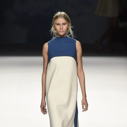 Vestido largo azul y blanco de Devota & Lomba primavera/verano 2017 en Madrid Fashion Week