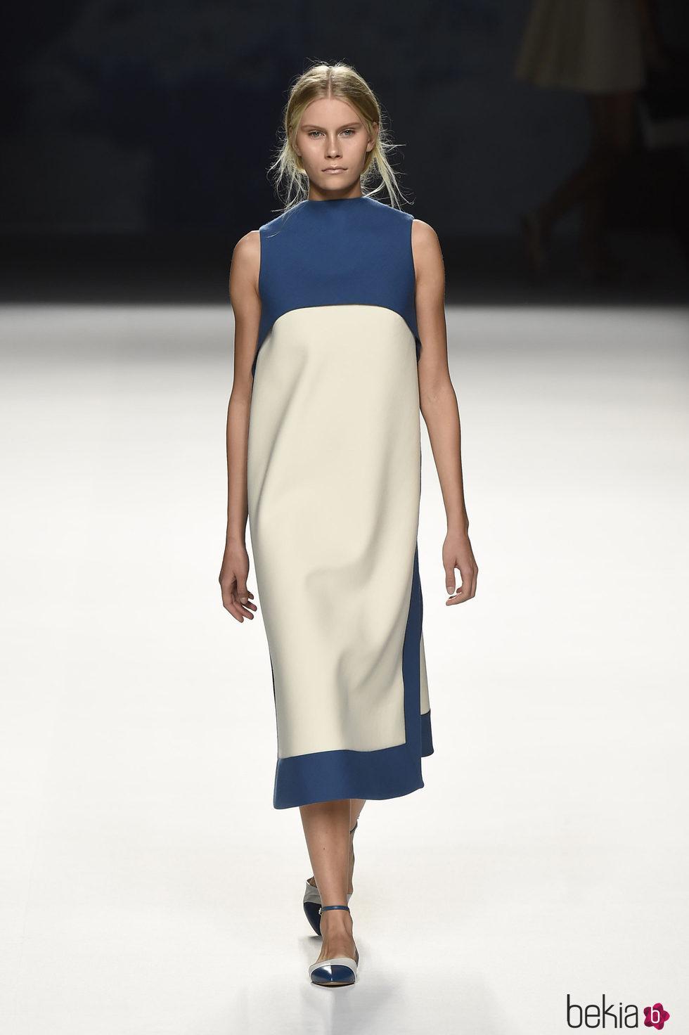 Vestido largo azul y blanco de Devota & Lomba primavera/verano 2017 en Madrid Fashion Week