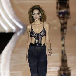 Ana Beatríz Barro desfilando para Dolores Cortés primavera/verano 2017 en la Madrid Fashion Week