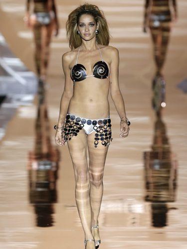 Bikini metalizado de Dolores Cortés primavera/verano 2017 en la Madrid Fashion Week