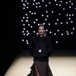 Nieves Álvarez desfilando para Juanjo Oliva primavera/verano 2017 en la Madrid Fashion Week
