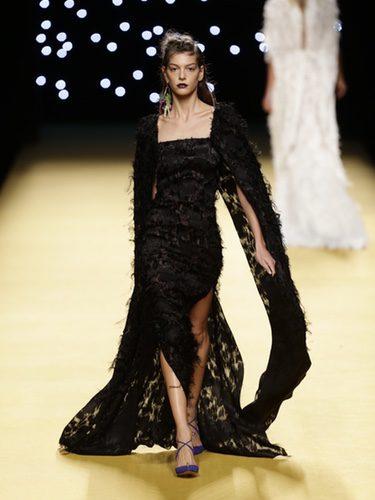 Vestido de plumas negro de Juanjo Oliva primavera/verano 2017 en la Madrid Fashion Week
