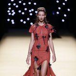 Vestido rojo de Juanjo Oliva primavera/verano 2017 en la Madrid Fashion Week