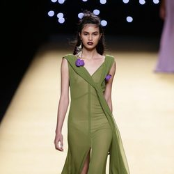 Vestido vaporoso verde de Juanjo Oliva primavera/verano 2017 en Madrid Fashion Week
