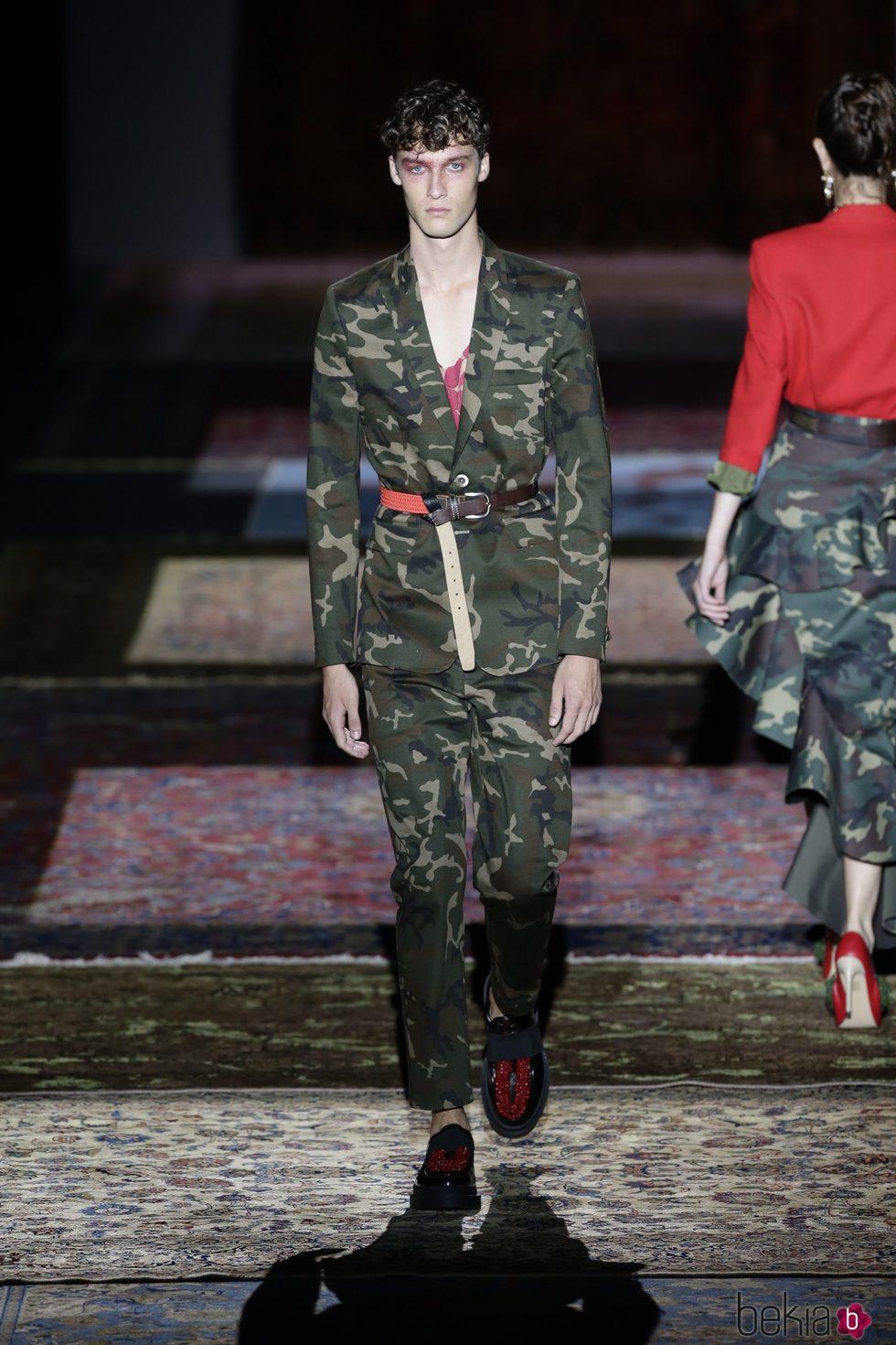 Traje de camuflaje de Ana Locking primavera/verano 2017 en la Madrid Fashion Week