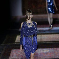 Traje de dos piezas azul klein de Ana Locking primavera/verano 2017 en la Madrid Fashion Week