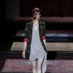 Vestido gris de Ana Locking primavera/verano 2017 en la Madrid Fashion Week