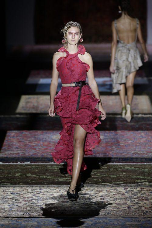 Vestido rojo de Ana Locking de la colección primavera/verano 2017 en la Madrid Fashion Week