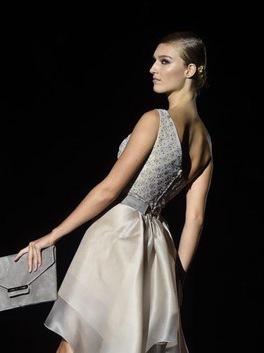 Modelo con un vestido en color crema en el desfile de Hannibal laguna