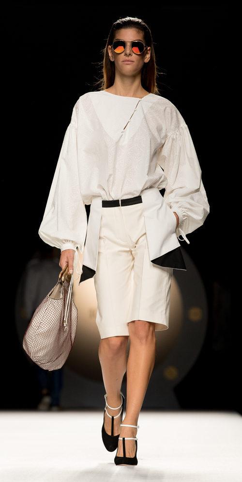 Cojunto de pantalón y blusa blanca estilo pirata con cuello ovalado  de la colección primavera/verano 2017 de Ion Fiz