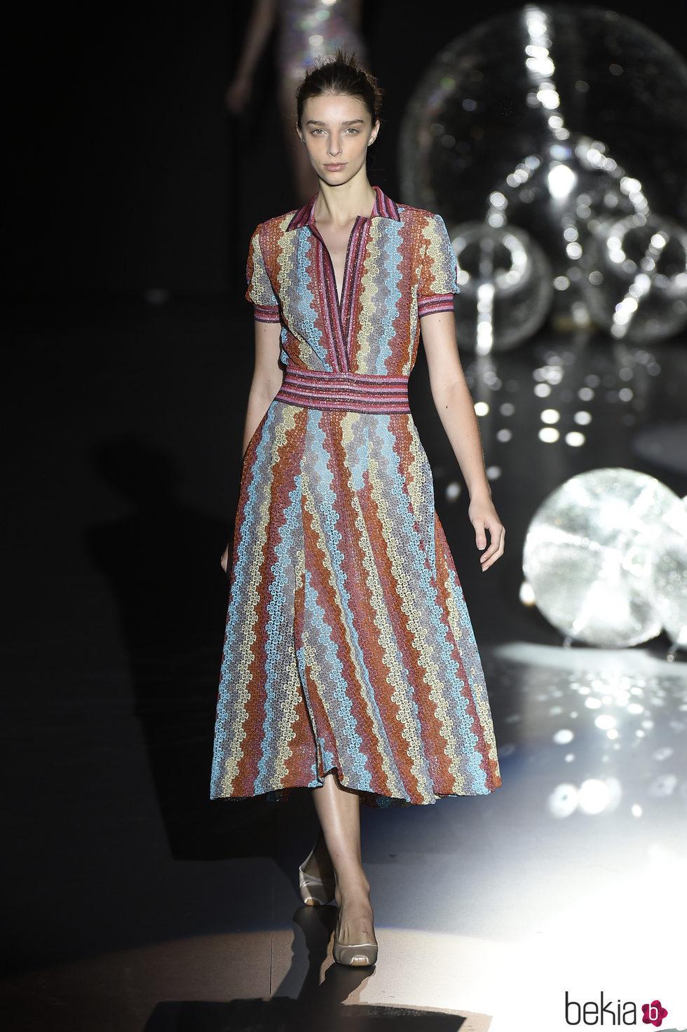 Vestido de colores a os 50 de teresa helbig primavera verano 2017 en madrid fashion week - Colores moda primavera verano 2017 ...