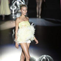 Top amarillo de plumas de Teresa Helbig primavera/verano 2017 en Madrid Fashion Week