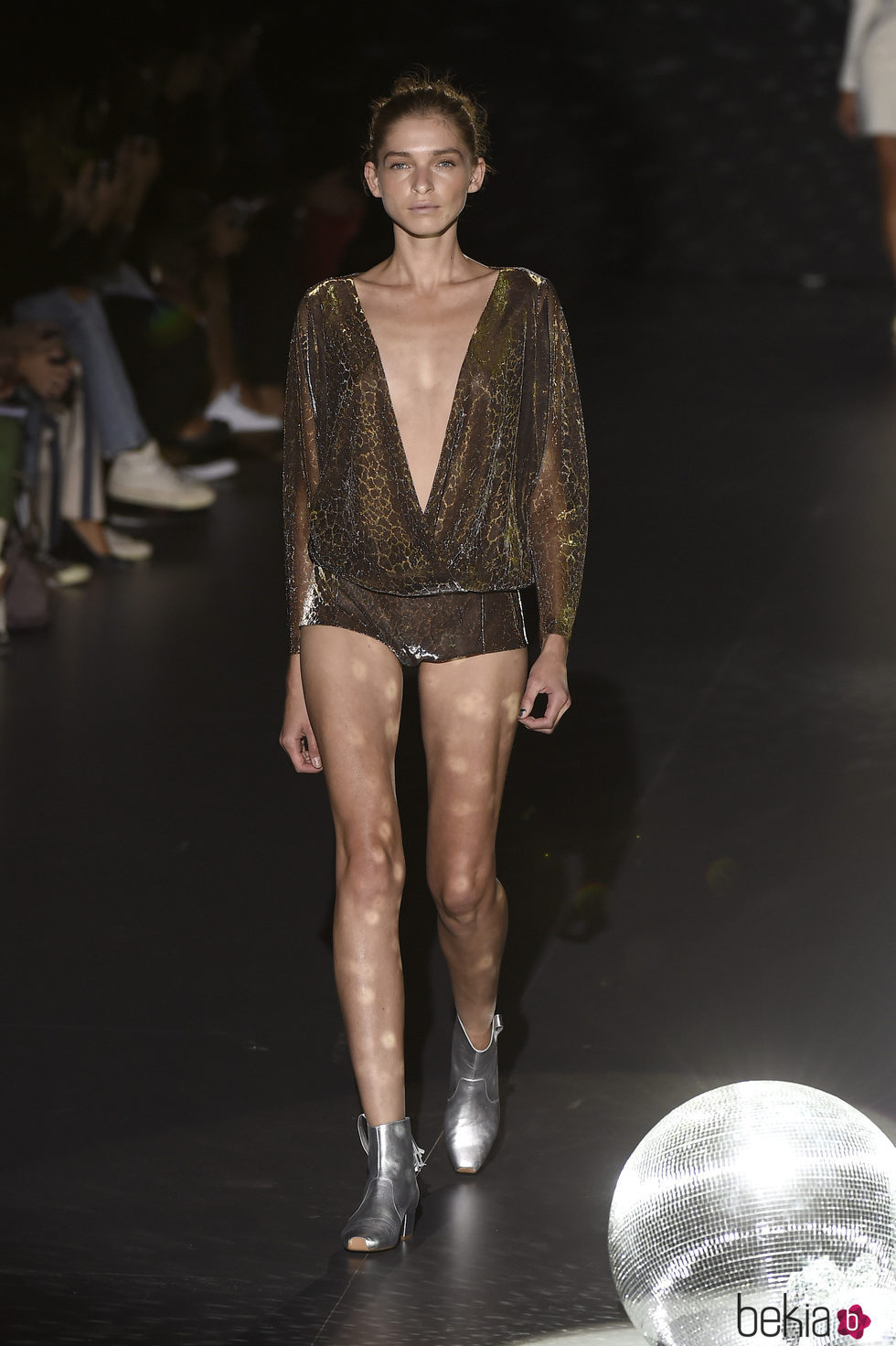 Blusa y shorts marrones con botas plateadas de Teresa Helbig primavera/verano 2017 en Madrid Fashion Week