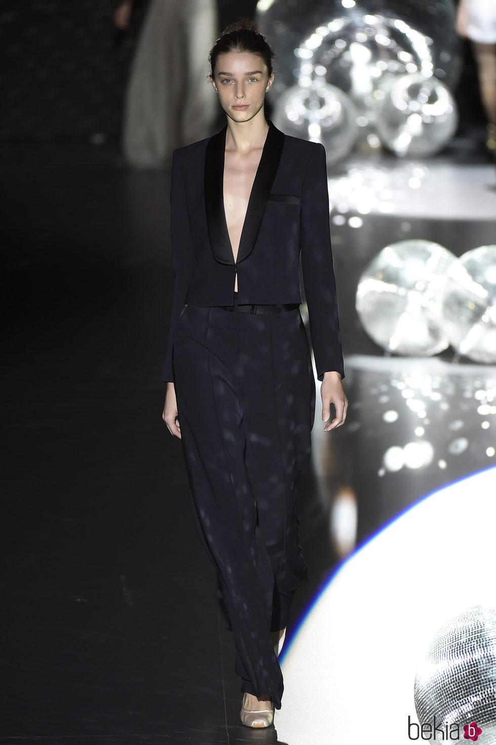 Traje pantalón azul marino de Teresa Helbig primavera/verano 2017 en Madrid Fashion Week