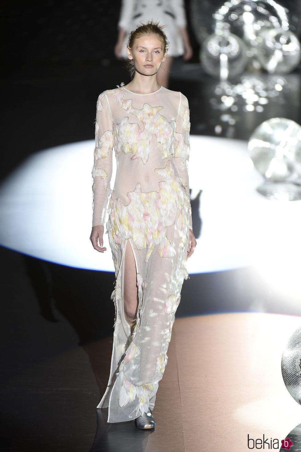 Vestido largo blanco transparente con plumas de Teresa Helbig primavera/verano 2017 en Madrid Fashion Week