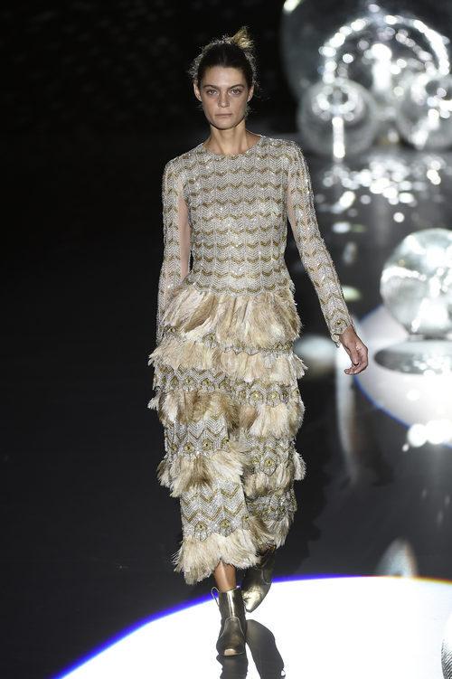 Vestido verde y gris de plumas de Teresa Helbig primavera/verano 2017 en Madrid Fashion Week