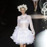 Vestido blanco corto con transparencias de Teresa Helbig primavera/verano 2017 en Madrid Fashion Week