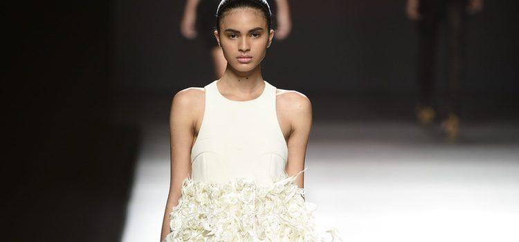 Vestido blanco corto con volumen en la zona inferior de Amaya Arzuaga primavera/verano 2017 Madrid Fashion Week