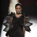 Vestido negro corto con mangas tridimensionales y transparentes de Amaya Arzuaga primavera/verano 2017 Madrid Fashion Week