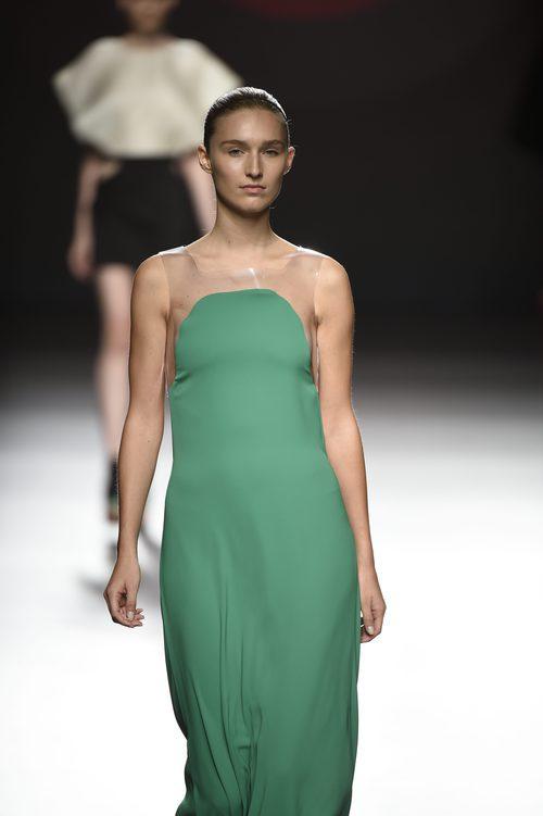 Vestido verde largo con tirantes de plástico de Amaya Arzuaga primavera/verano 2017 Madrid Fashion Week