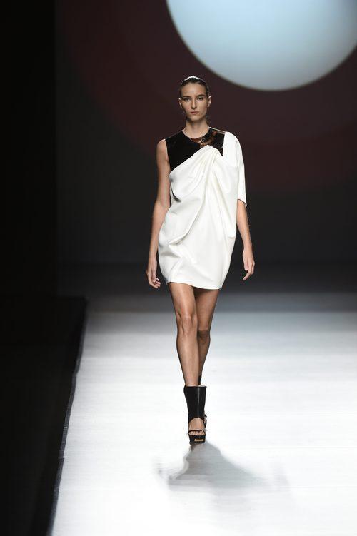Vestido corto de color blanco con un detalle negro en la parte superior de Amaya Arzuaga primavera/verano 2017 Madrid Fashion Week