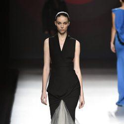 Vestido largo de color negro con volumen en la parte inferior de Amaya Arzuaga primavera/verano 2017 Madrid Fashion Week