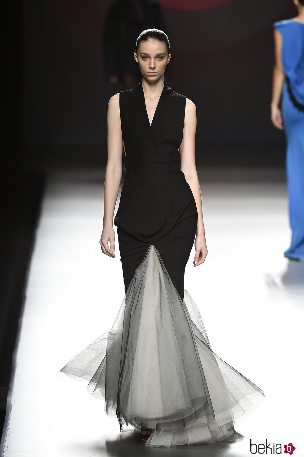Vestido largo de color negro con volumen en la parte inferior de Amaya Arzuaga primavera/verano 2017 Madrid Fashion Week