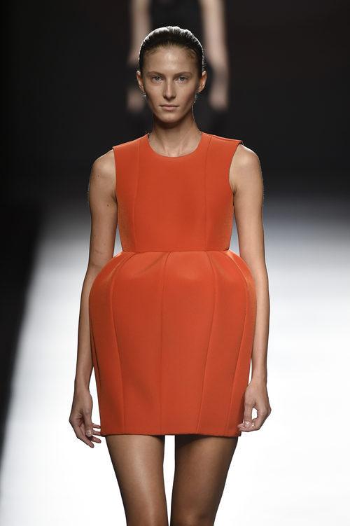 Vestido corto de color butano de Amaya Arzuaga primavera/verano 2017 Madrid Fashion Week