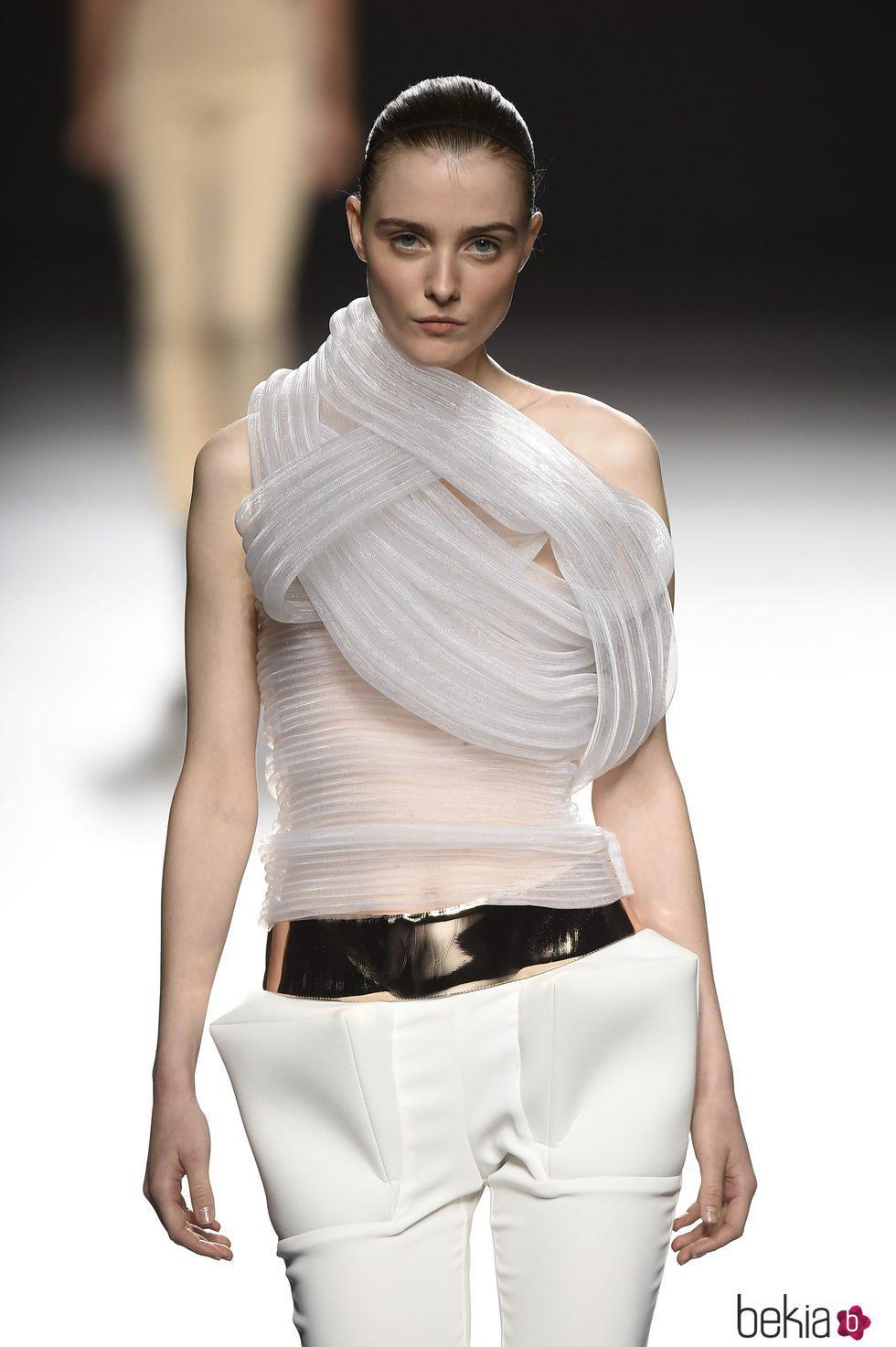 Camiseta de color gris con superposición de tejidos de Amaya Arzuaga primavera/verano 2017 Madrid Fashion Week