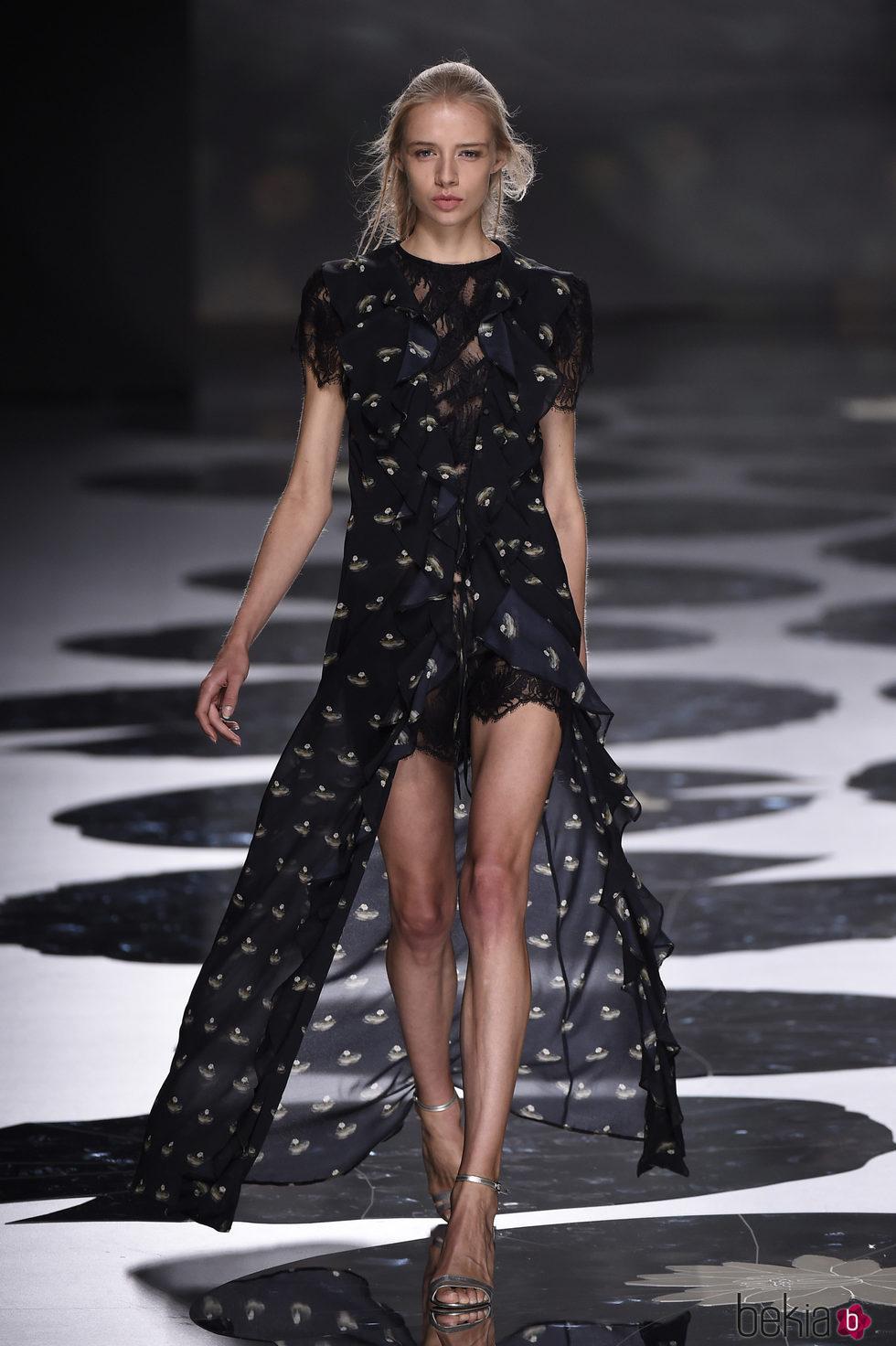 Vestido estampado de color negro con una abertura en la parte delantera de Ailanto primavera/verano 2017 Madrid Fashion Week