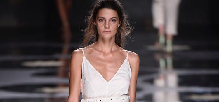 Conjunto de camiseta de color blanco y falda con puntos azul marino de Ailanto primavera/verano 2017 Madrid Fashion Week