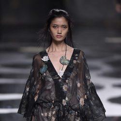 Vestido de color negro transparente estampado de Alianto primavera/verano 2017 Madrid Fashion Week