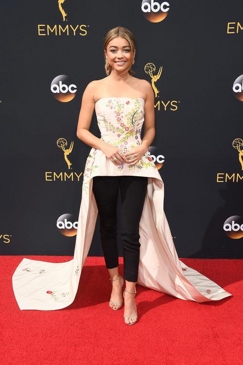 Sarah Hyland posando en la alfombra roja de los Premios Emmy 2016