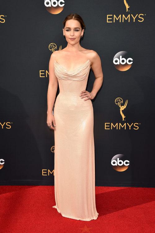 Emilia Clarke con un vestido de Versace en la alfombra roja de los Emmy 2016
