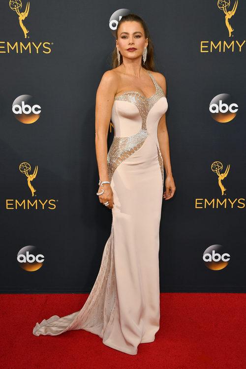 Sofía Vergara con traje de Versace en la alfombra roja de los Emmy 2016