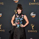 Maisie Williams con un vestido negro de flores en la alfombra roja de los Emmy 2016