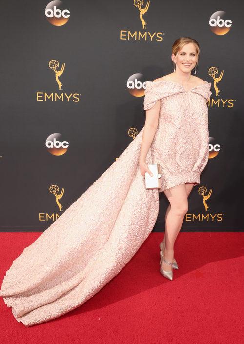 Anna Chlumsky con un vestido rosa cuarzo en los Emmy 2016