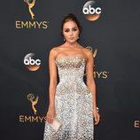Olivia Culpo con un vestido de Zac Posen en la alfombra roja de los Premios Emmy 2016