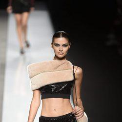 Falda y top de lentejuelas negro con visón de color crema de Felipe Varela colección primavera/verano 2017 en la Madrid Fashion Week