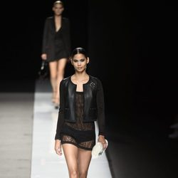 Vestido negro transparente de color negro con cazadora de cuero de Felipe Varela colección  primavera/verano 2017 en la Madrid Fashion Week