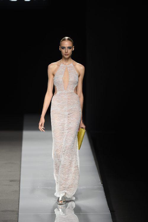 Vestido largo gris transparente con cartera amarilla y zapatos plateados de Felipe Varela colección primavera/verano 2017 en la Madrid Fashion Week