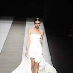 Vestido blanco corto con cola de Felipe Varela colección primavera/verano 2017 en la Madrid Fashion Week