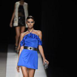 Vestido corto azul eléctrico con bolso, zapatos y cinturón plateados de Felipe Varela colección primavera/verano 2017 en la Madrid Fashion Week