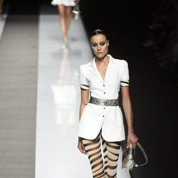 Camisa blanca con cinturón plateado y mallas con estampado de leopardo de Felipe Varela colección primavera/verano 2017 en la Madrid Fashion Week