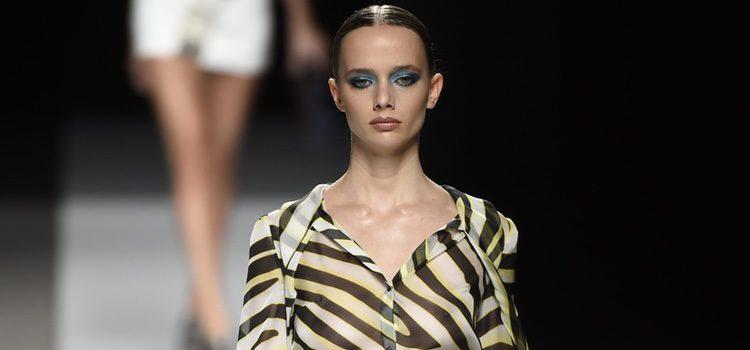 Camisa con estampado de leopardo y falda plateada de Felipe Varela colección primavera/verano 2017 en la Madrid Fashion Week