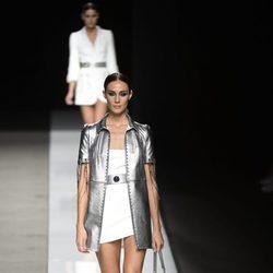Vestido corto blanco con chaqueta de manga corta plateada de Felipe Varela colección primavera/verano 2017 en la Madrid Fashion Week