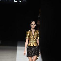 Camisa dorada con falda negra de Felipe Varela colección primavera/verano 2017 en la Madrid Fashion Week
