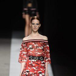 Vestido de camuflaje en tonos rojos de Felipe Varela en la colección primavera/verano 2017 en la Madrid Fashion Week