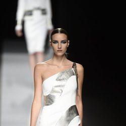 Vestido corto con detalles plateados de Felipe Varela colección primavera/verano 2017 en la Madrid Fashion Week